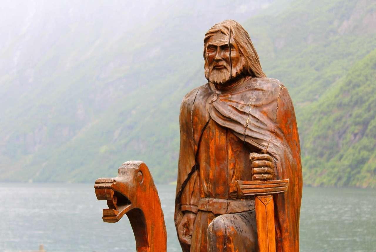 Викинг деревянная скульптура