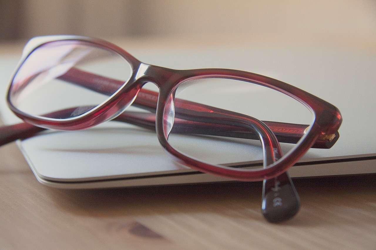 очки на ноутбуке