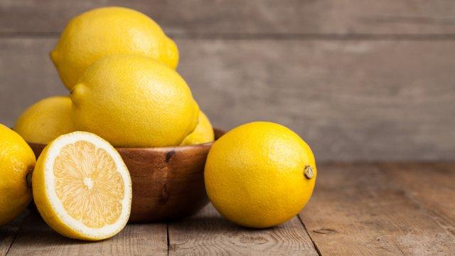 Салати можна заправляти лимонним соком - фото 296935