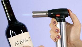 Лайфхак: как быстро открыть бутылку вина с помощью зажигалки