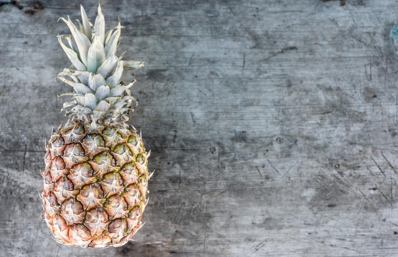 Почему от ананаса жжет язык